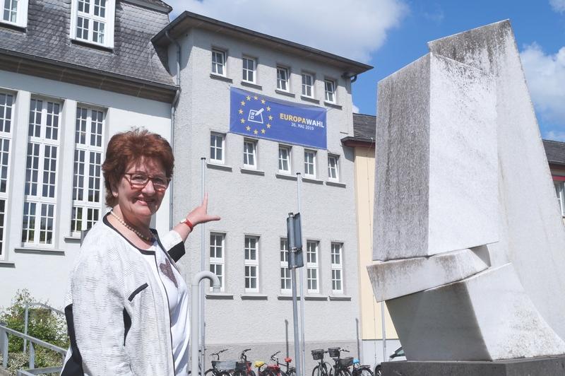 Banner am Rathaus wirbt für Europawahl